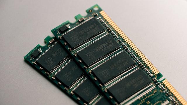 Zwei PC-RAM-Riegel liegen übereinander